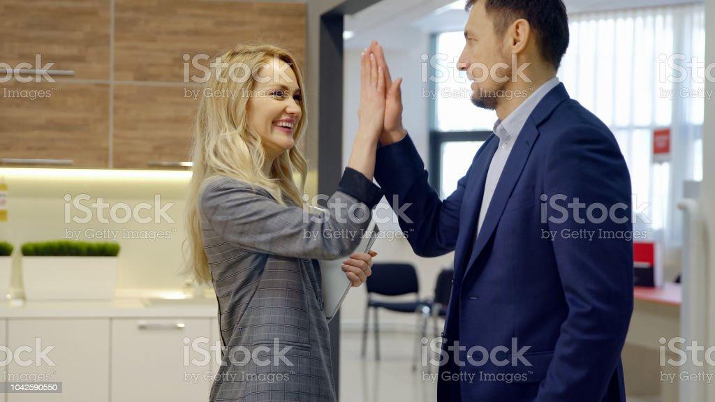Mann und Frau diskutieren wichtige Themen der bevorstehenden Arbeit – Foto