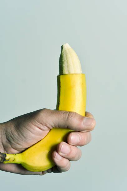 l'homme et la banane avec la pointe de sa peau enlevée - circoncision photos et images de collection
