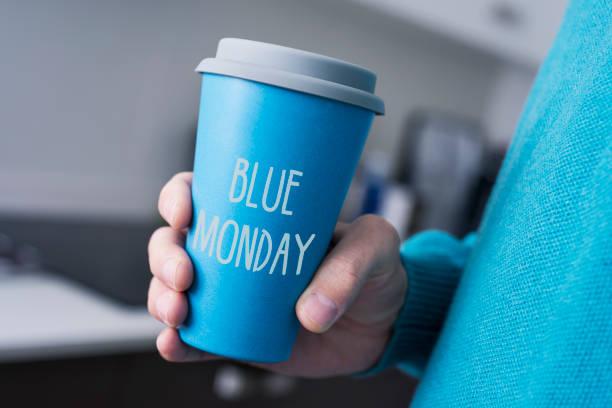 uomo e tazza di caffè con il testo blu lunedi - blue monday foto e immagini stock