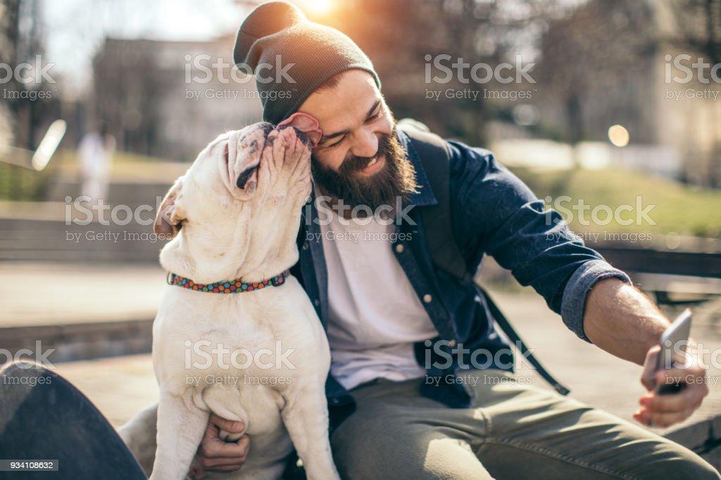 Homme et chien dans le parc - Photo de 20-24 ans libre de droits