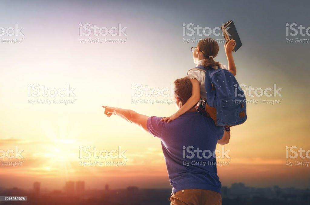 Hombre y niña con mochila - foto de stock
