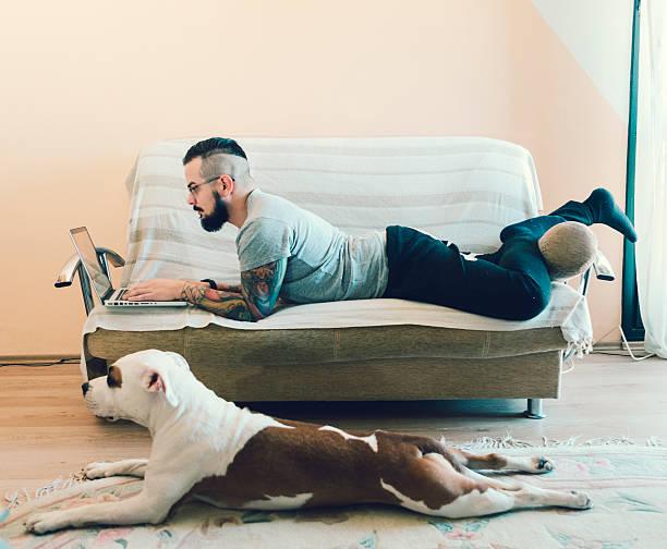 mann und sein hund bester freund wie zu hause fühlen. - freundin tattoos stock-fotos und bilder