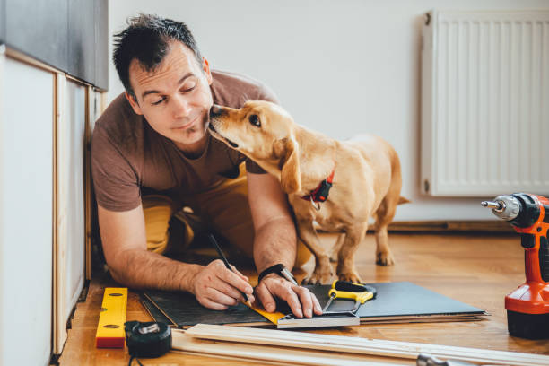 mann und sein hund renovierung zu tun arbeiten zu hause - hundezubehör diy stock-fotos und bilder
