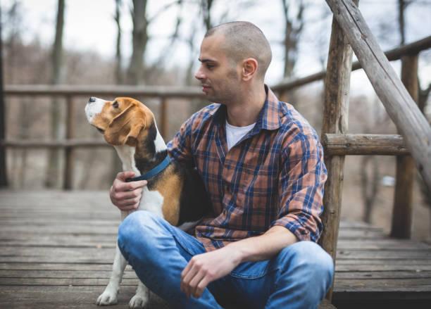 mann und sein hund auf terrasse in den wäldern - dorfkind momente stock-fotos und bilder