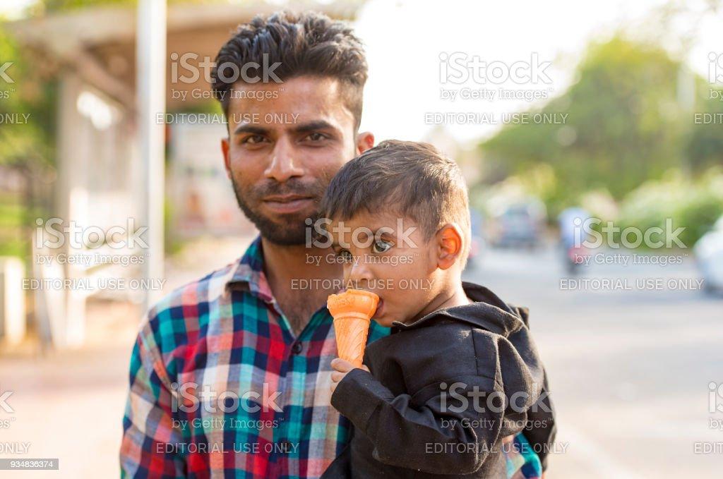 남자 고 2 3 월에 자이푸르에서 거리에 그의 아들. 인도에서 2018 - 로열티 프리 2명 스톡 사진