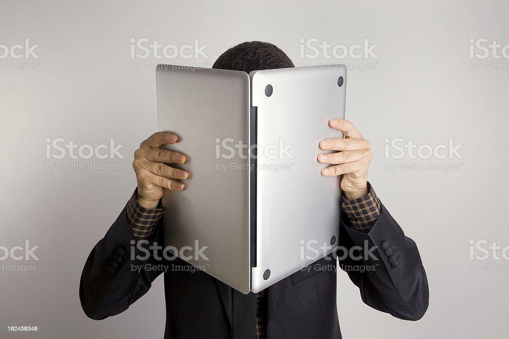 Hombre y su computadora portátil foto de stock libre de derechos