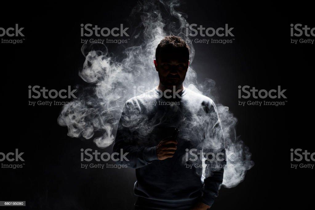 Mann und Rauch Fragmente auf einem schwarzen Hintergrund – Foto