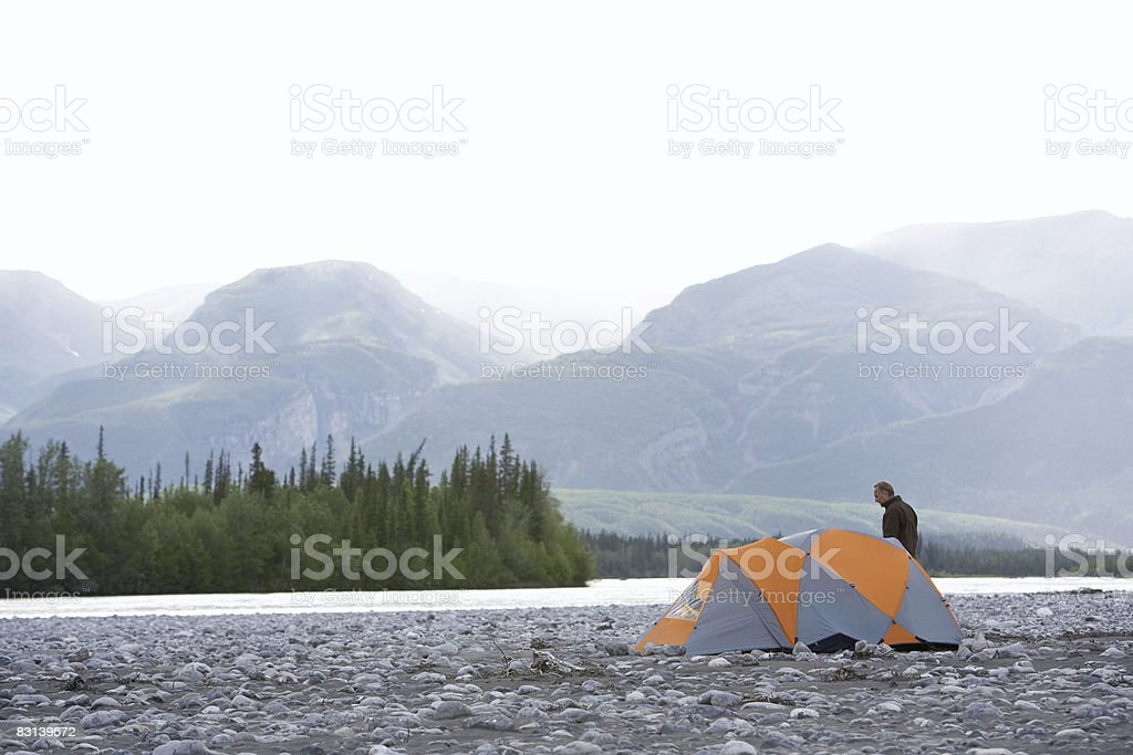 man and tent near river photo libre de droits