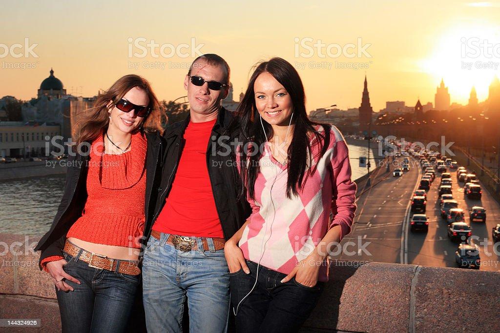 Mann und zwei schöne Junge Frauen – Foto