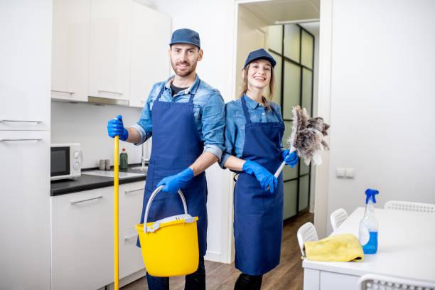 Mann und Frau als eine professionelle Reinigungsmittel im Haus – Foto