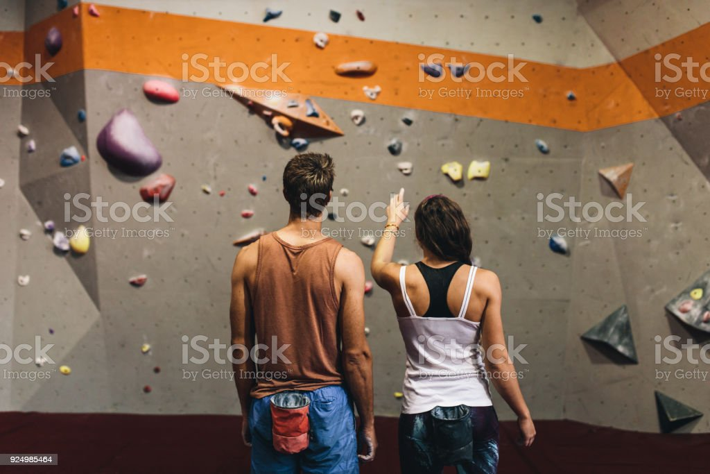 Mann und Frau in einer indoor-Klettern-Fitness-Studio – Foto