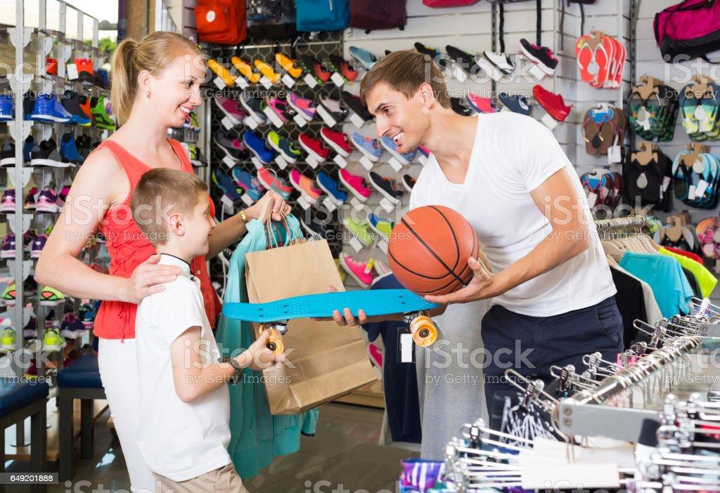 b07b21e1a homem e mulher comprando o skate para o filho em uma loja de desporto foto  royalty