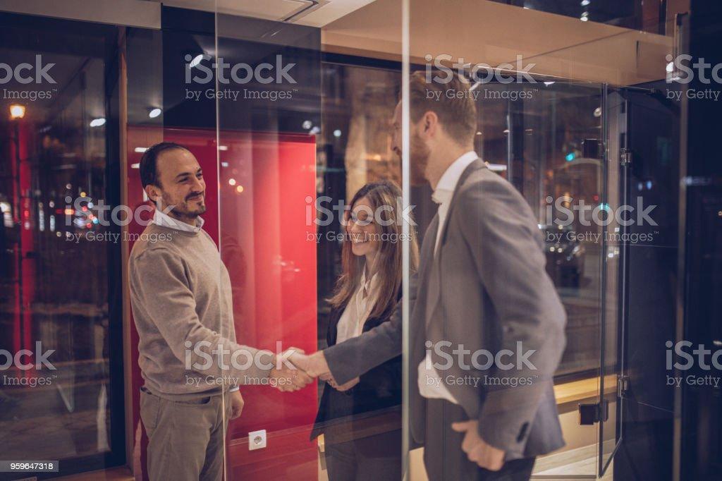Hombre y mujer tipo nueva ducha - Foto de stock de Actividad comercial libre de derechos
