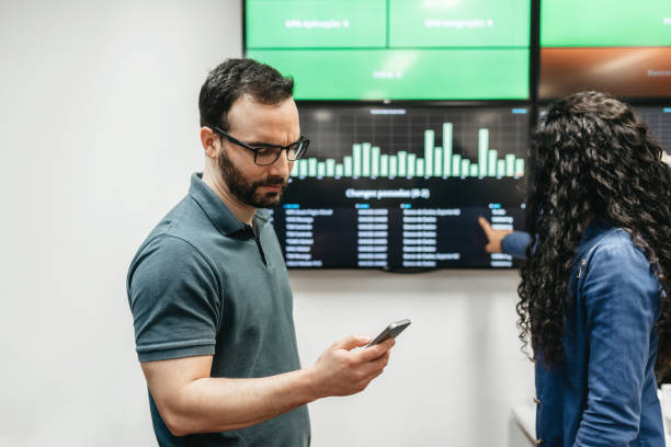 homme et femme, vérification des données métiers dans office - Photo