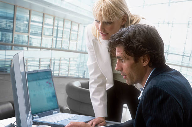 Mann und Frau am computer – Foto