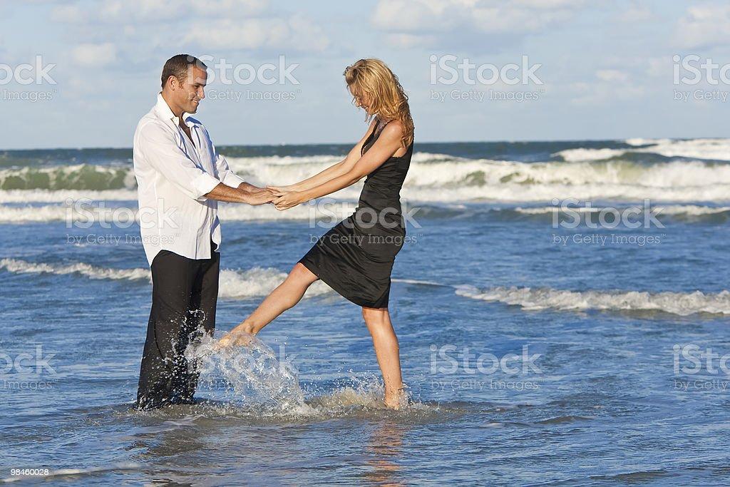 Coppia uomo e donna divertirsi ballando sulla spiaggia foto stock royalty-free