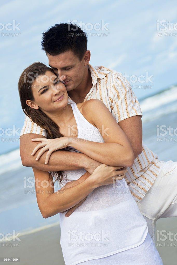 Mann und Frau Paar, im romantischen Umarmung am Strand Lizenzfreies stock-foto