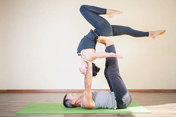 Homme et Femme faisant yoga ou paire de yoga acro intérieur - Photo