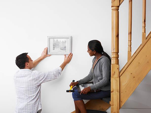 mann und frau diy arbeit zu hause - bild wandtreppe stock-fotos und bilder