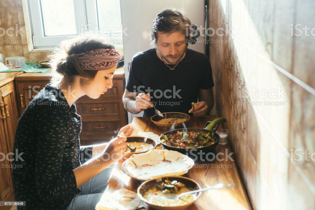 Photo Libre De Droit De Homme Et Femme Manger De La Nourriture Fait Maison Banque D Images Et Plus D Images Libres De Droit De Accident Et Desastre Istock