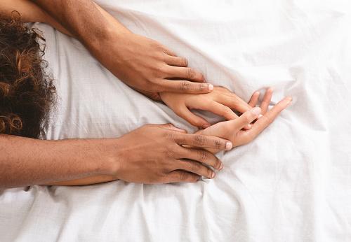 Man And Woman Hands Having Sex On Bed - Fotografie stock e altre immagini di Adulto