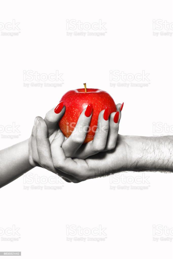 Mann und Frau Hände halten verbotene Frucht, selektive Färbung – Foto
