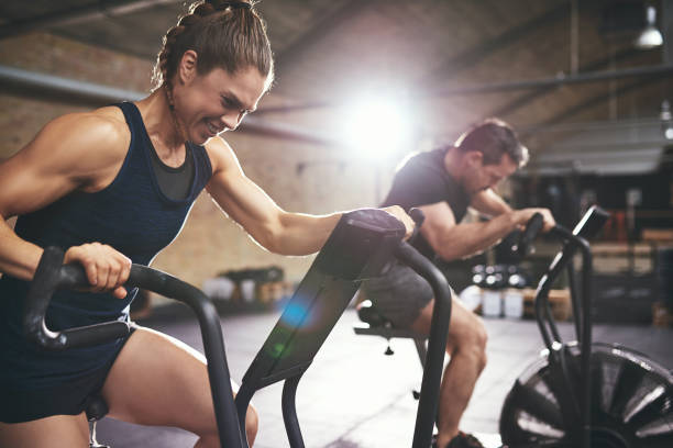 man and woman hardly exercising at gym - endurance stock pictures, royalty-free photos & images