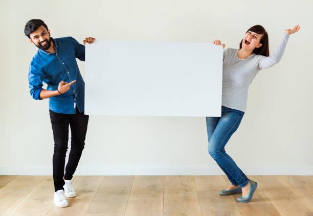 mann und frau mit leeren exemplar an bord - sprüche zur schwangerschaft stock-fotos und bilder