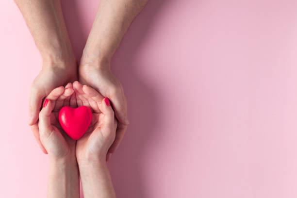 Mann und Frau mit roten Herzen – Foto