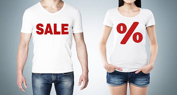 mann und frau in einem weißen t-shirts mit roten prozentsatz - damen jeans sale stock-fotos und bilder