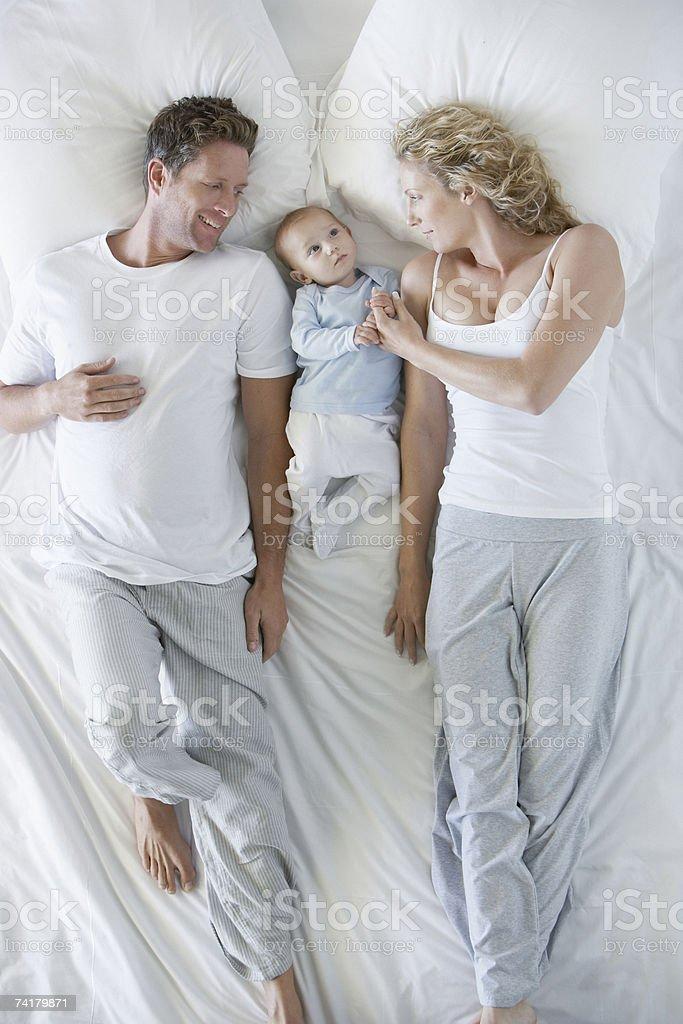 Mężczyzna i kobieta w łóżku z dzieckiem – zdjęcie