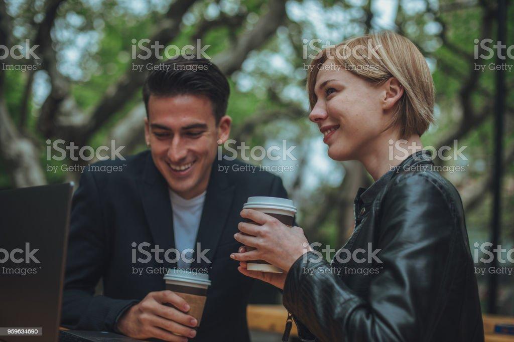 Hombre y mujer en café internet - Foto de stock de Adulto libre de derechos