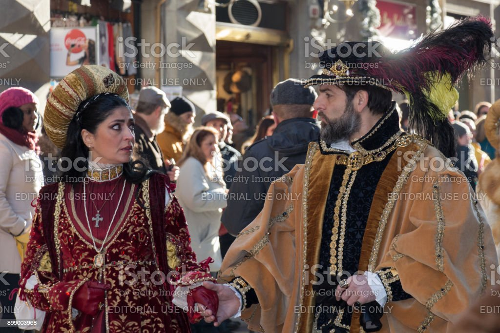 Man and woman in medieval costume at traditional parade of Epiphany Befana medieval festival in Florence, Tuscany, Italy. - foto stock