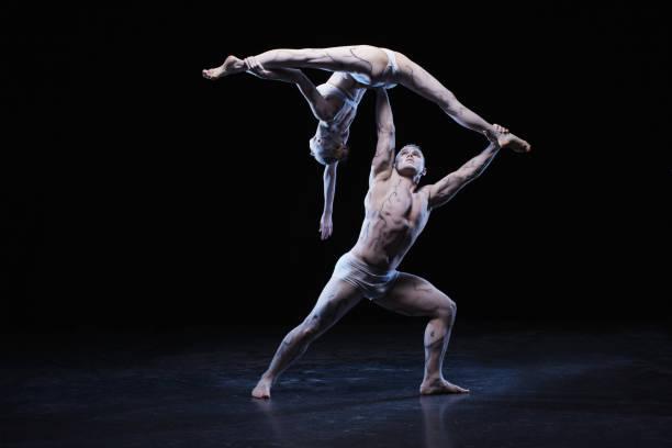 Mann und Frau in leidenschaftlichen Tanz-pose – Foto