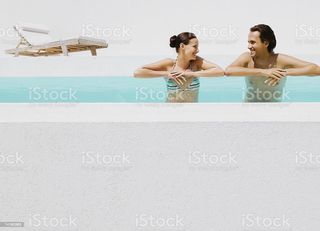 Homem e mulher na piscina foto de stock royalty-free