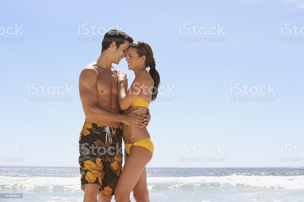Homem e mulher em swimsuits Abraçar ao ar livre foto de stock royalty-free