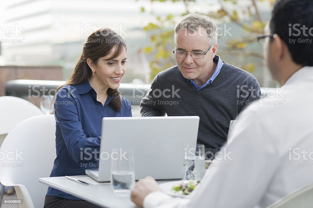 Man and woman look at a computer in cafe. royalty free stockfoto
