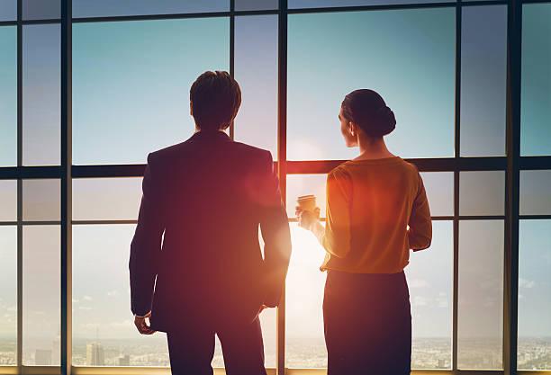 Mann und Frau, Blick auf die Stadt – Foto