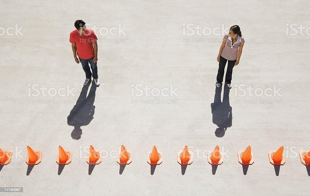 Homem e mulher olhando para os outros com a linha de tráfego foto de stock royalty-free