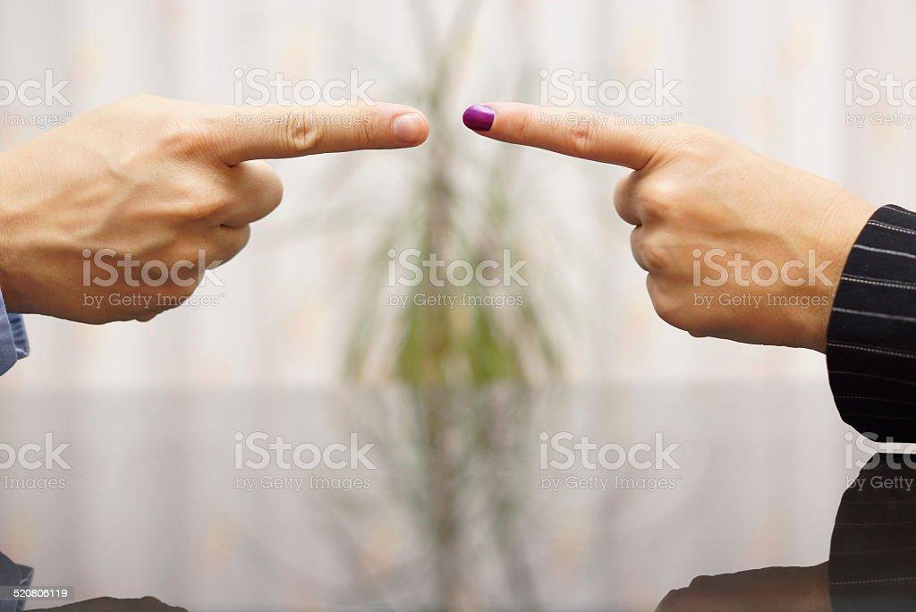 Mann und Frau zeigt Finger auf den anderen.  Konflikt Konzept – Foto