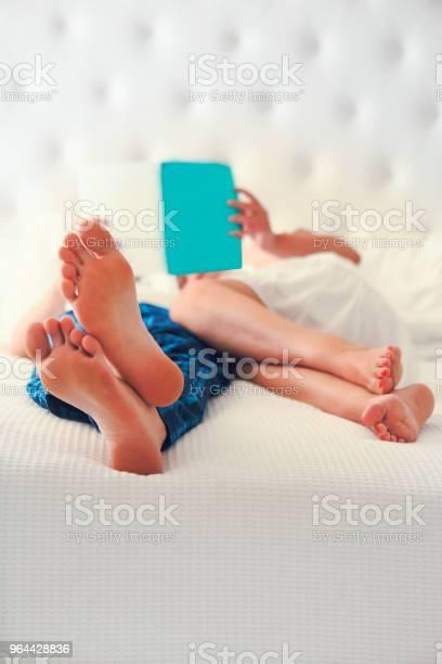 Foto de Homem E Mulher Lendo Na Cama e mais fotos de stock de Adulto