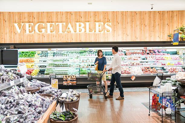 男性と女性のスーパーでのショッピングをセクション - スーパーマーケット 日本 ストックフォトと画像