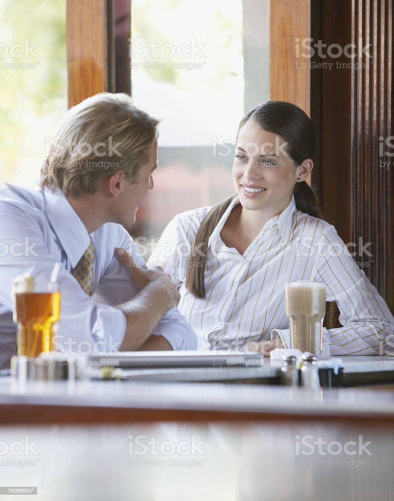 男性と女性に話すのラウンジ、バー ロイヤリティフリーストックフォト