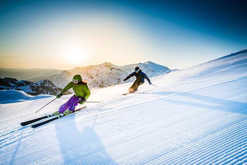 Mann Und Frau Skifahren Alpin Stockfoto und mehr Bilder von 2015