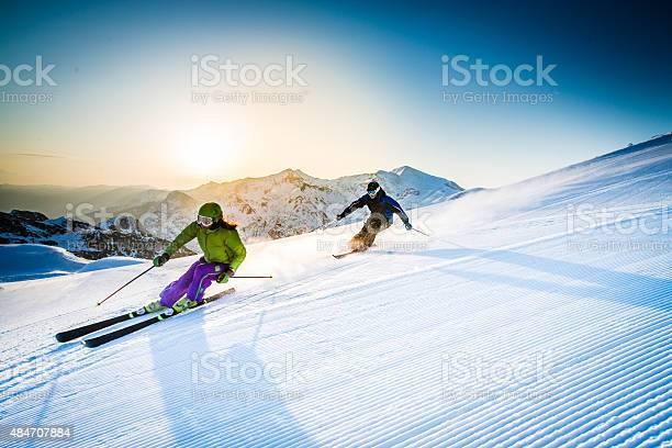 Мужчина И Женщина На Лыжах На Склоне — стоковые фотографии и другие картинки 2015
