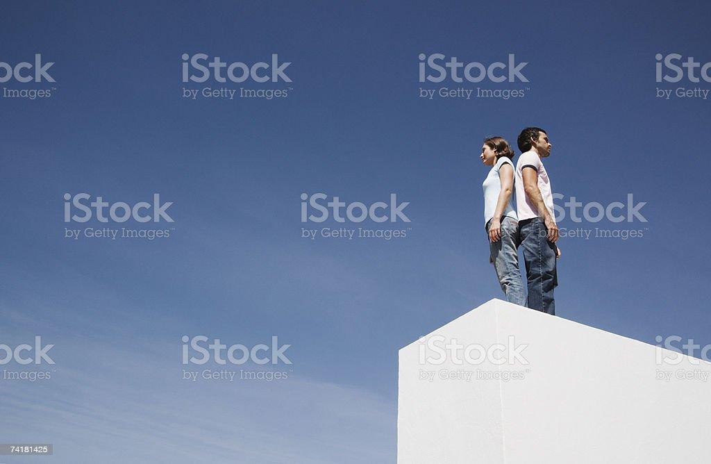 Homem e mulher em pé de costas com costas ao ar livre foto de stock royalty-free
