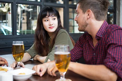 男と女の話とパブでビールを飲んで - おやつのストックフォトや画像を多数ご用意