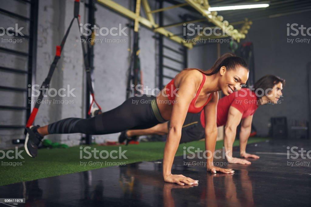 Mann und Frau, trainieren Sie im Fitness-Studio – Foto