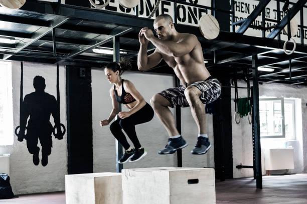 Hombre y mujer haciendo ejercicios - foto de stock