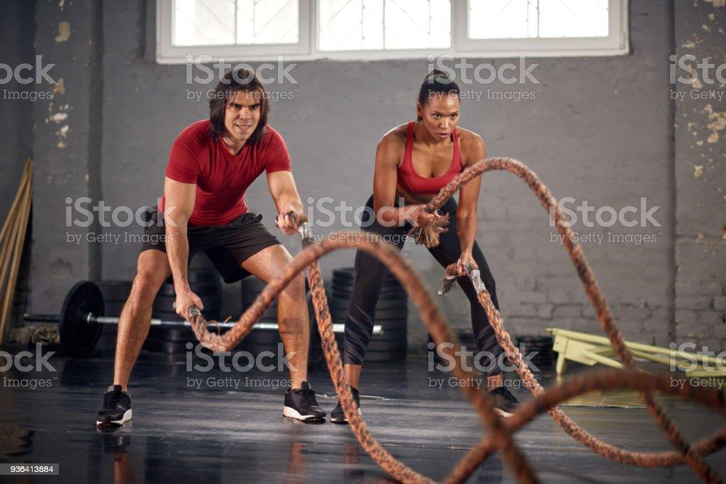 Mann und Frau arbeiten mit Seilen – Foto